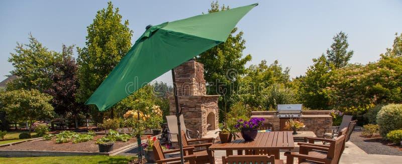 Cucina E Giardino All\'aperto Del Patio Con L\'ombrello Verde ...