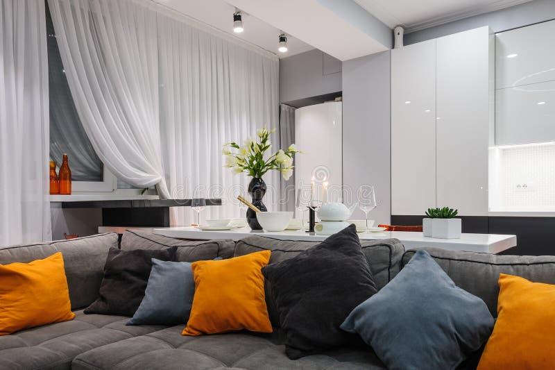 Cucina e salone bianchi moderni immagini stock