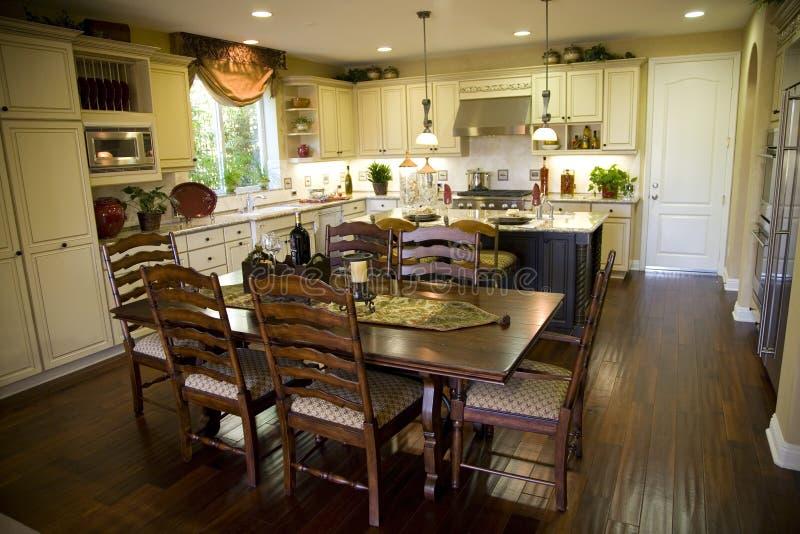 Cucina e tabella pranzante immagini stock