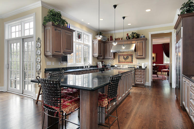 Cucina elegante con l'isola di marmo nera fotografie stock libere da diritti