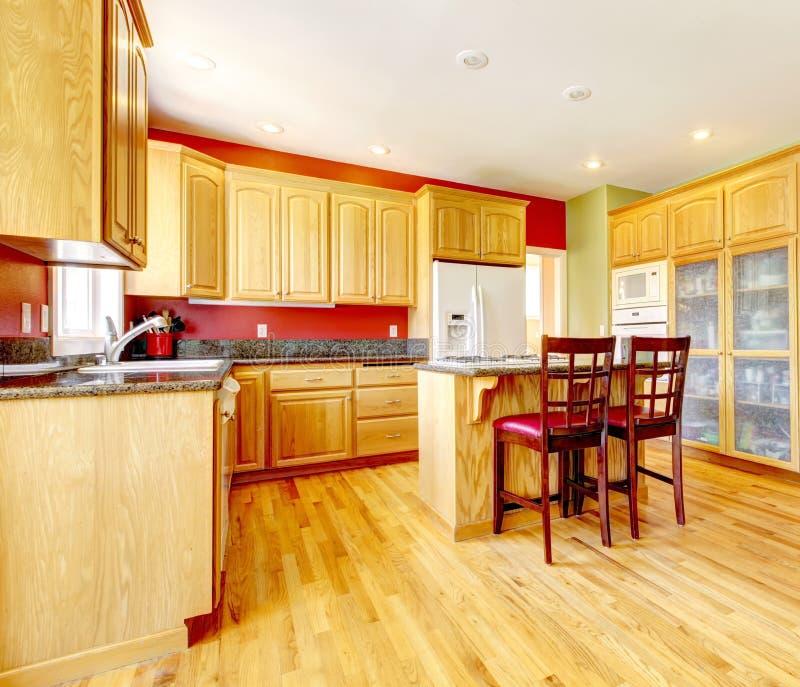 Cucina gialla con l 39 isola e legno giallo immagine stock - Cucina isola legno ...