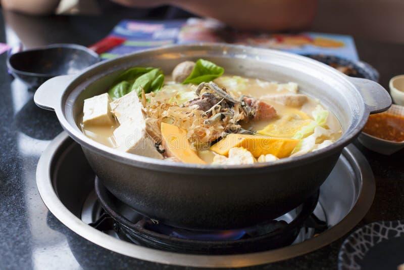 Cucina giapponese ed asiatica stufato di castrato su fondo immagini stock