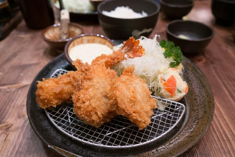 Cucina giapponese - gamberetto e carne di maiale della tempura (fritti nel grasso bollente) fotografia stock