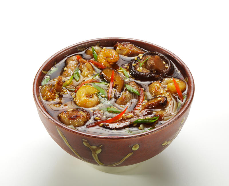 Cucina giapponese - minestra dei frutti di mare immagini stock