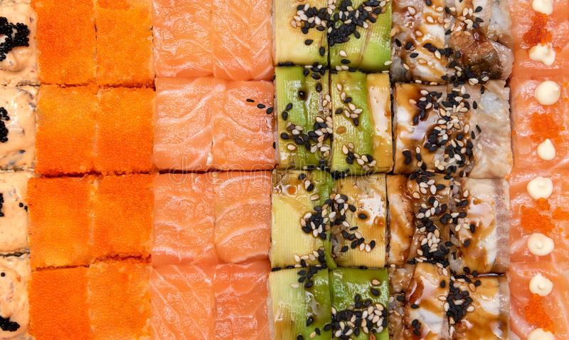 Cucina giapponese Sushi di Maki con gli ingredienti freschi fotografie stock
