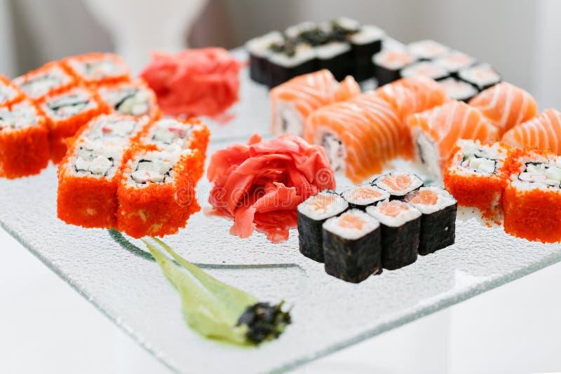Cucina giapponese - sushi di stile di approvvigionamento del buffet metta in ristorante - Maki Sushi e sushi di color salmone di  fotografie stock