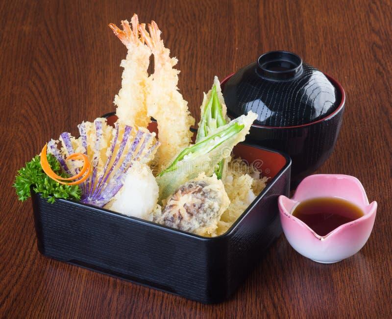 Cucina giapponese tempura Verdura fritta nel grasso bollente della miscela sul backg immagini stock libere da diritti