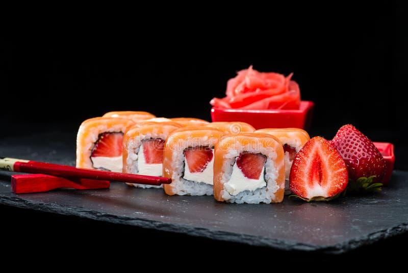 Cucina giapponese tradizionale Fuoco selettivo sul rol dolce dei sushi fotografia stock libera da diritti