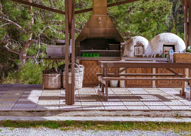 Cucina greca tradizionale o cucina con una vecchia stufa nelle montagne nel paesaggio di estate del Cipro della foresta fotografie stock libere da diritti
