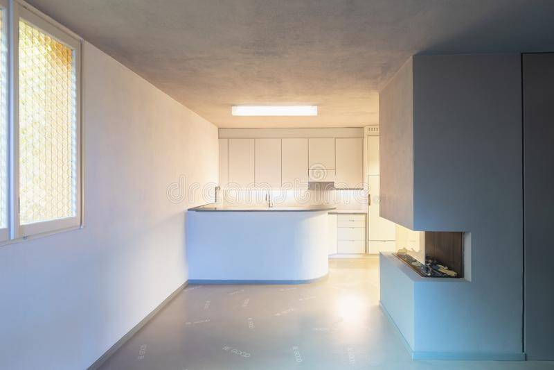 Cucina grigia con il pavimento esagerato fotografia stock