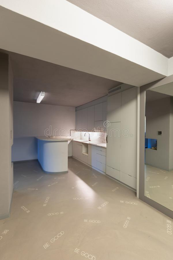 Cucina grigia con il pavimento esagerato immagini stock