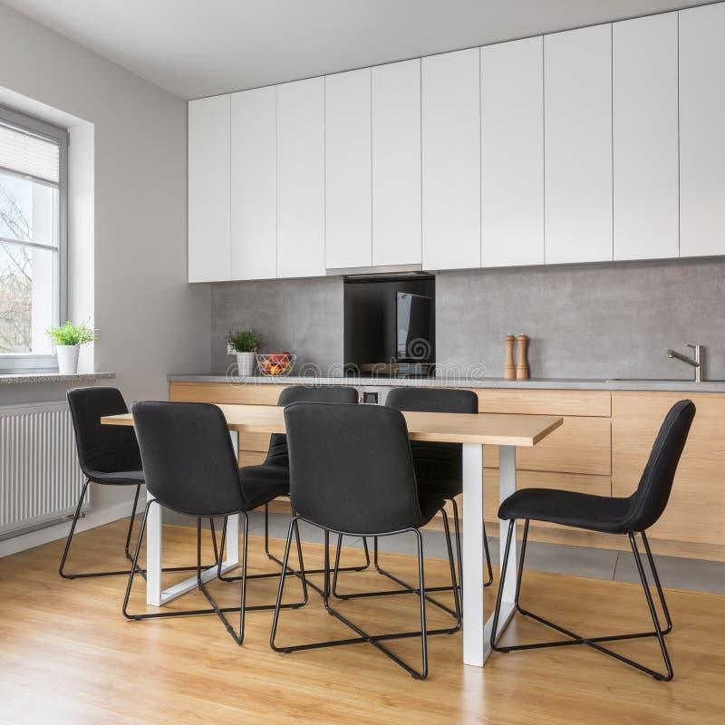 Cucina grigia e bianca in appartamento fotografie stock libere da diritti