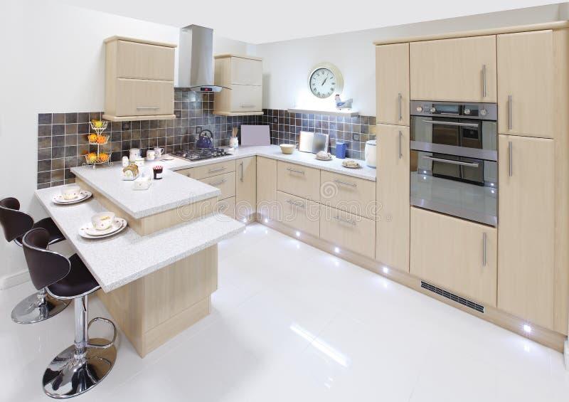 Cucina interna domestica moderna fotografia stock libera da diritti