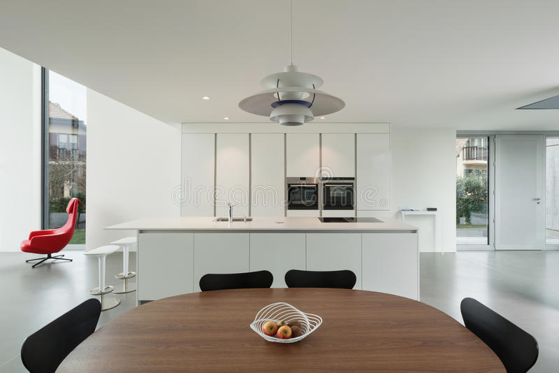 Cucina interna e moderna immagine stock