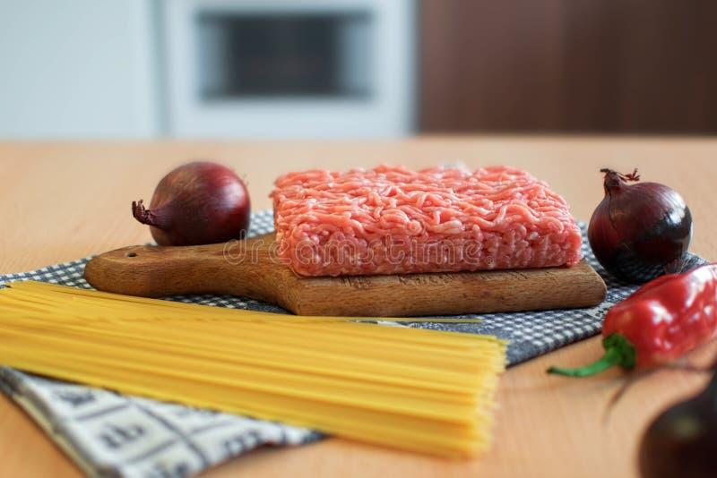 Cucina italiana/bolognese/ingredienti/che cucinano fotografie stock