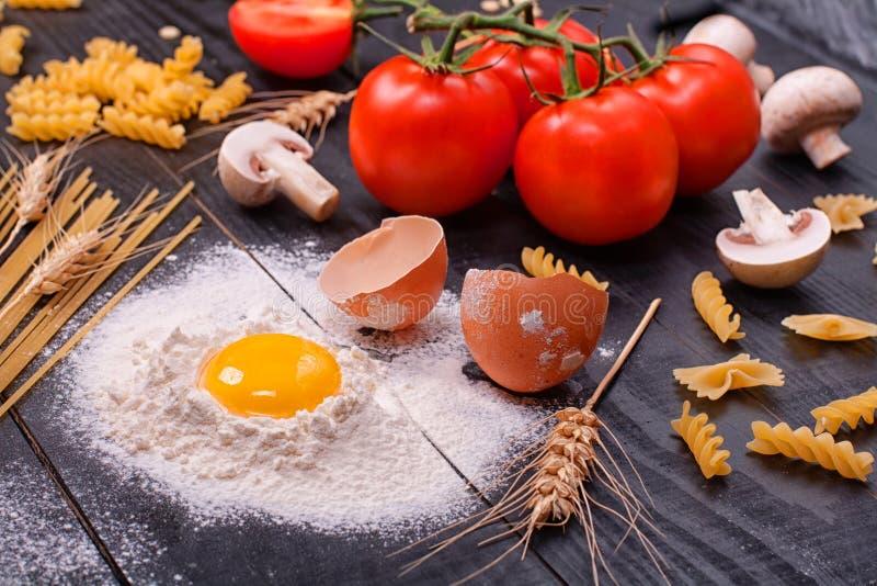 Cucina Italiana - Prodotti Per Cucinare Immagine Stock - Immagine di ...