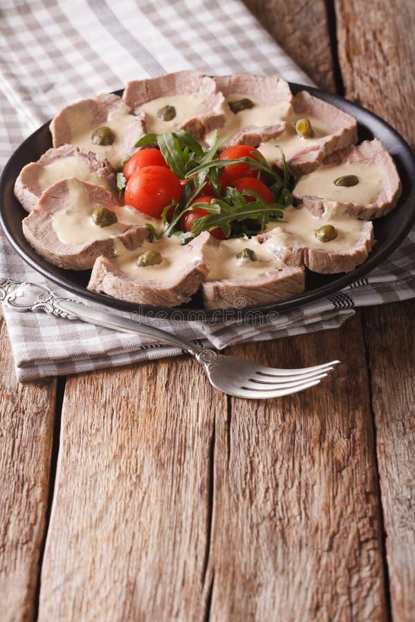 Cucina italiana: Tonnato di Vitello con i capperi, rucola, pomodori fotografia stock libera da diritti