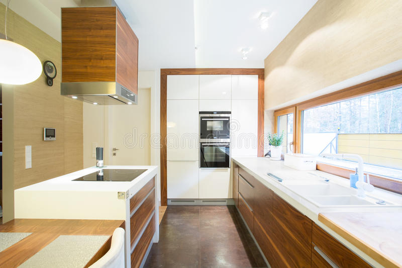 Cucina luminosa in casa moderna immagine stock