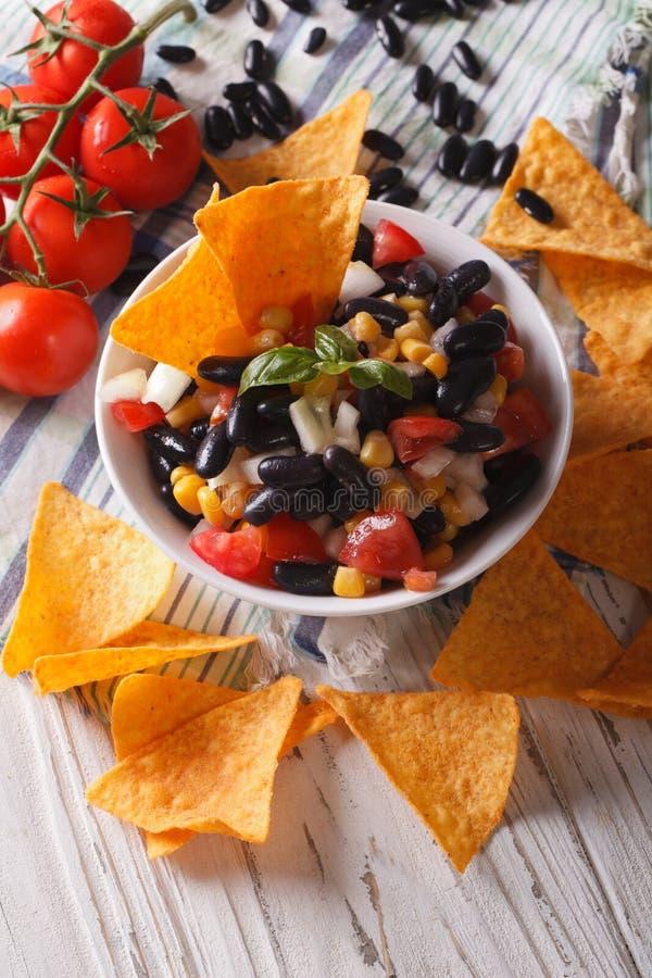 Cucina messicana: primo piano saporito dei nacho dei chip di cereale e della salsa ver fotografia stock