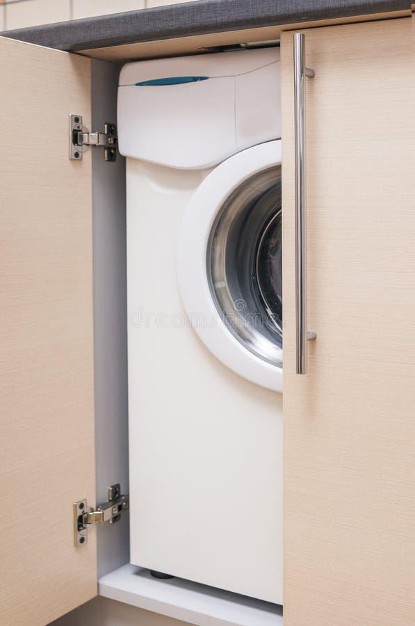 Cucina Mini Cabinet Con La Lavatrice Di Portrable Dentro Immagine ...
