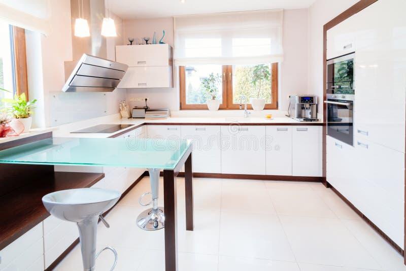 Cucina moderna bianca immagine stock. Immagine di creatore - 110911689
