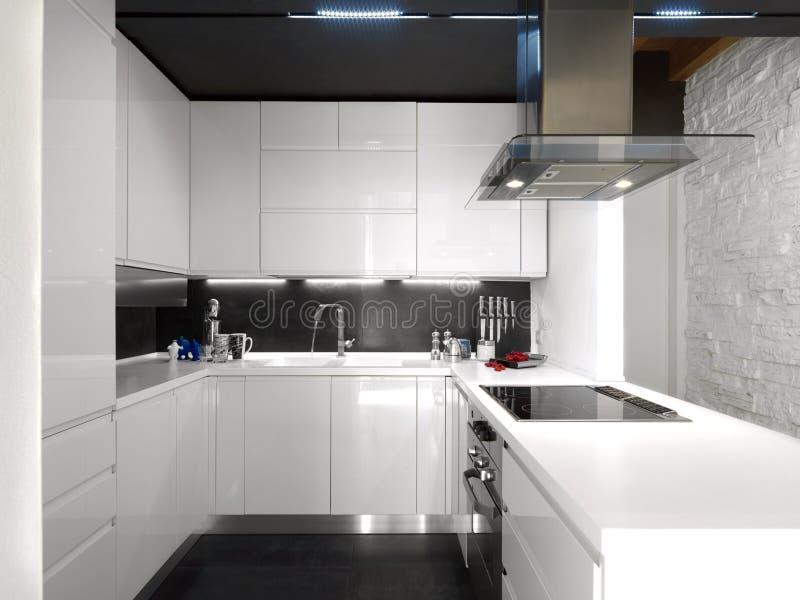 Cucina Moderna Bianca Con Gli Apparecchi D\'acciaio Immagine Stock ...