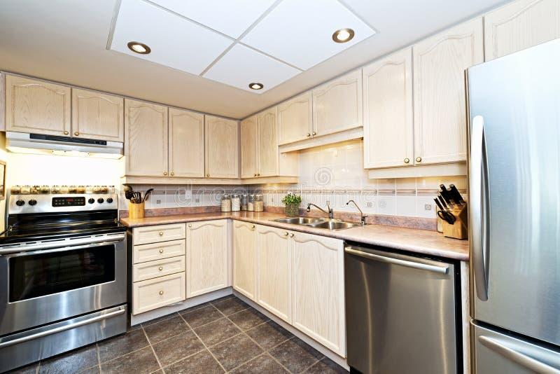 Cucina moderna con gli apparecchi fotografie stock