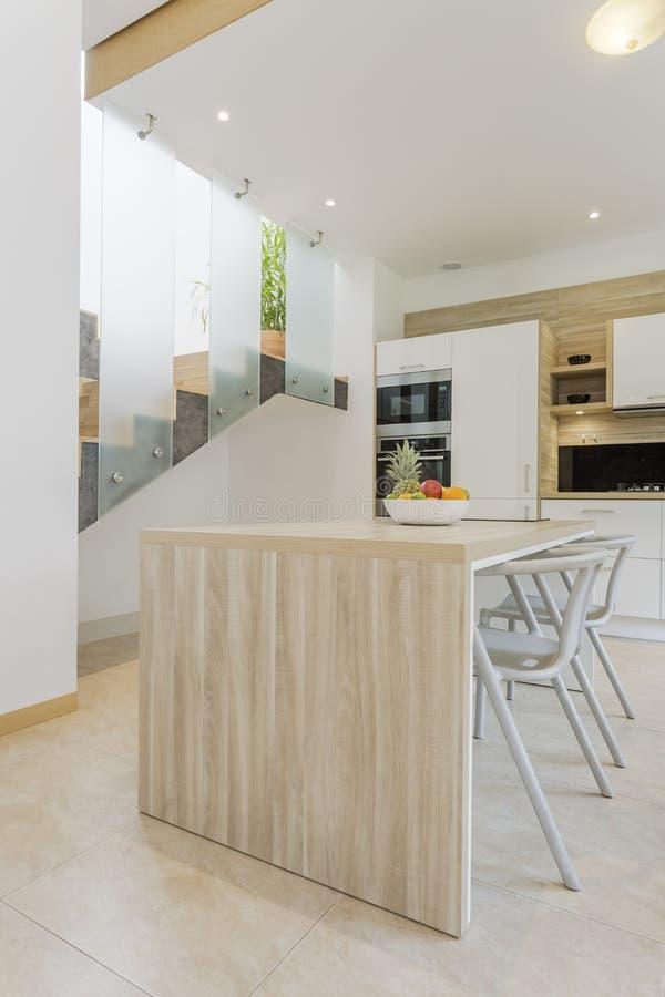 Cucina moderna con il controsoffitto di legno immagine for Controsoffitto in legno