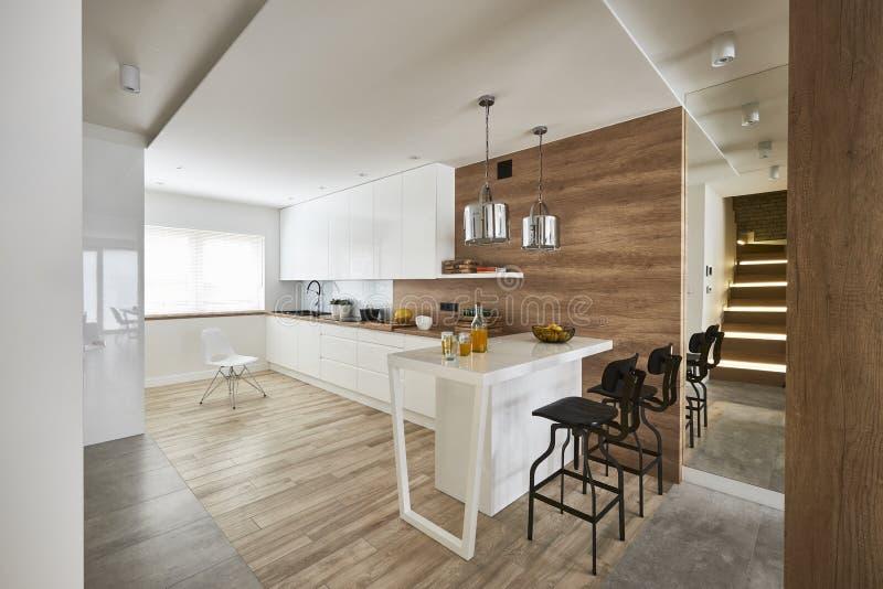 Cucina moderna con il miror e le pareti marroni bianche fotografie stock libere da diritti