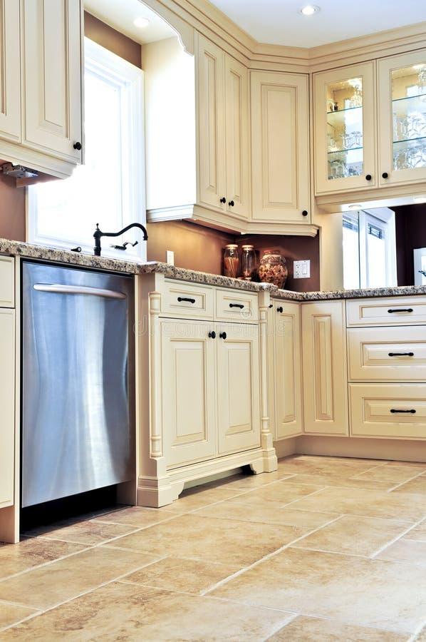 Cucina moderna con il pavimento non tappezzato fotografia stock libera da diritti