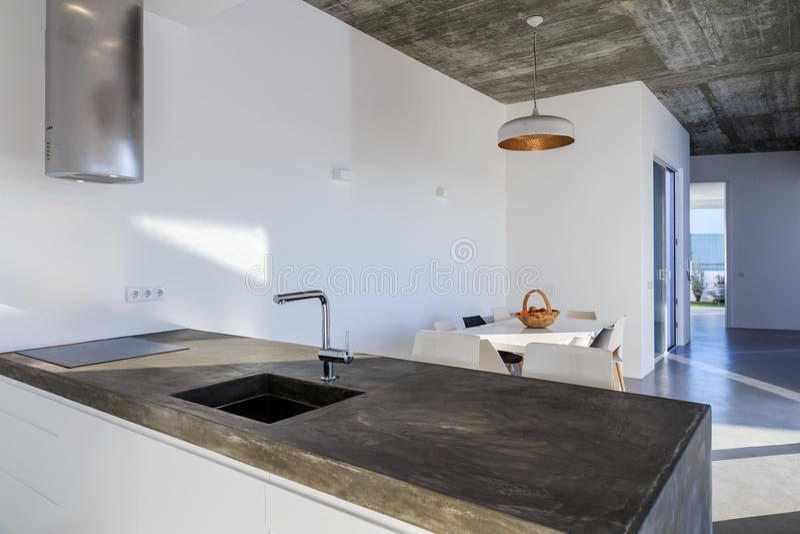 Cucina Moderna Con La Pavimentazione In Piastrelle Grigia E La Parete Bianca Immagine Stock ...