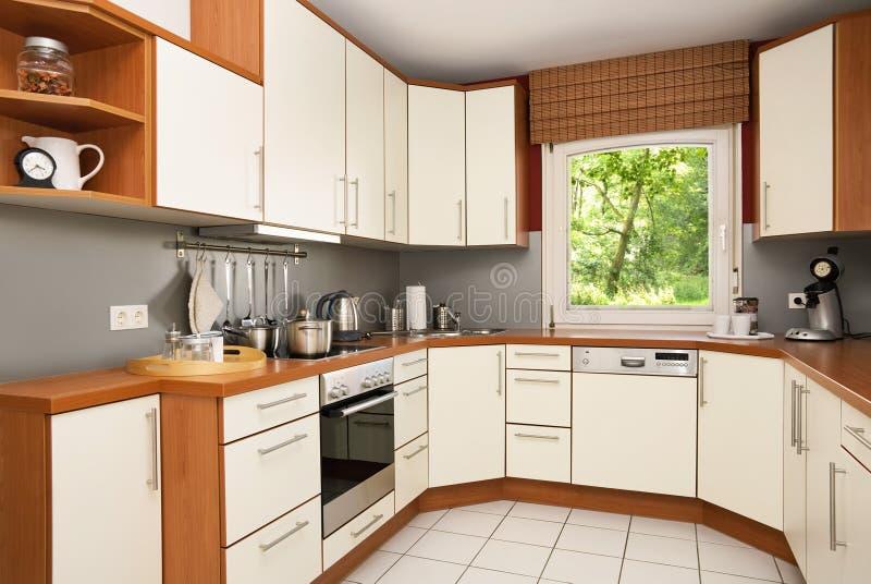 Cucina moderna con la vista nel giardino fotografia stock libera da diritti