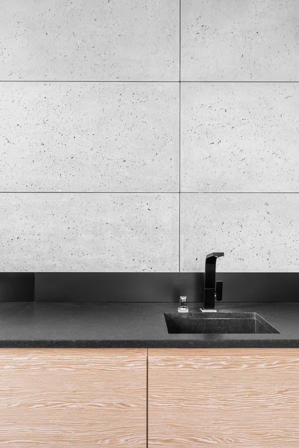 Cucina moderna con le mattonelle grige fotografia stock libera da diritti