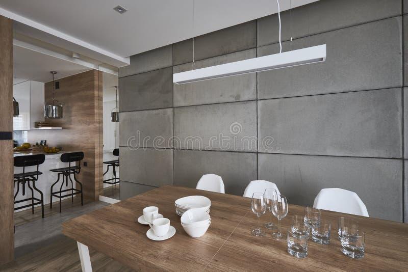 Cucina moderna con le pareti grige e marroni del beton immagine stock