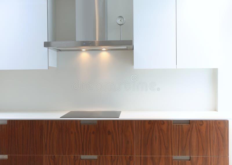 Cucina moderna reale in bianco e legno della noce fotografia stock libera da diritti