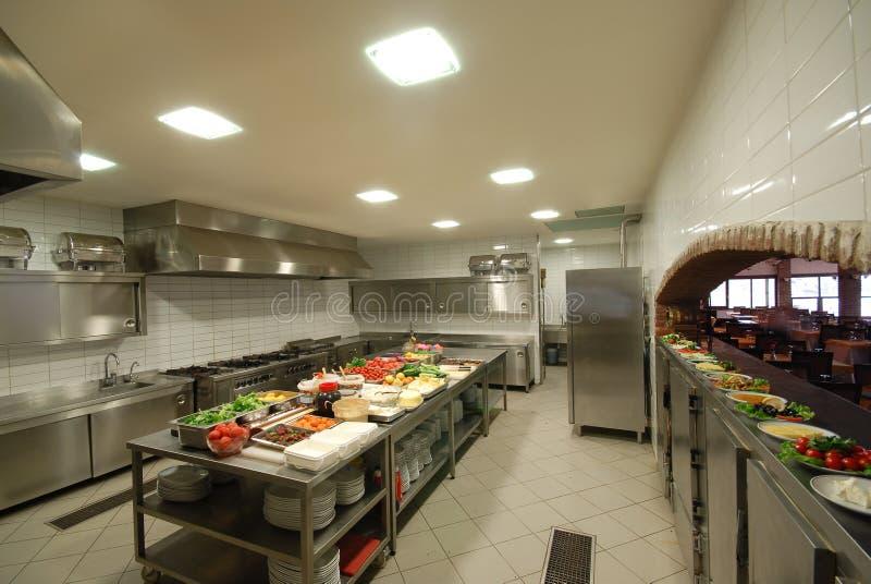 Cucina moderna in ristorante fotografie stock