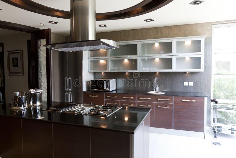Cucina moderna in un appartamento immagine stock libera da diritti