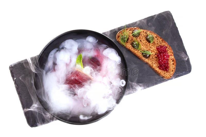 Cucina molecolare Minestra deliziosa con barbabietola immagine stock