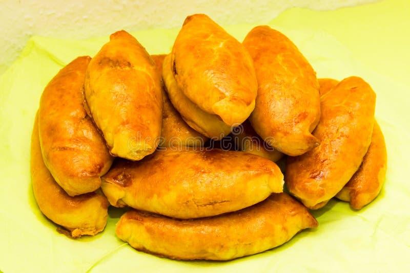 Cucina nazionale saporita dell'alimento del tortino delle torte di Pirogi al forno fotografia stock libera da diritti