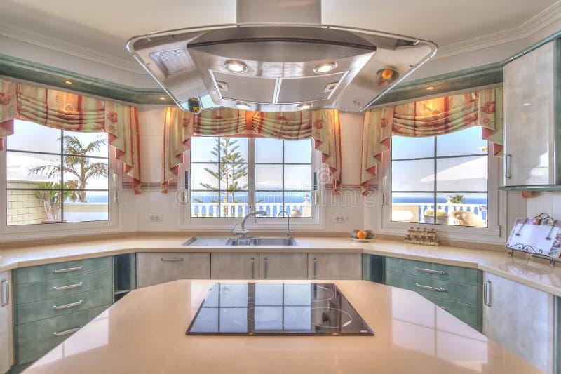 Cucina nella villa moderna fotografia stock