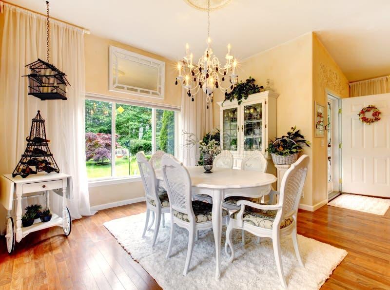Pareti Interne In Legno : Cucina perfetta con le pareti ed il legno duro interni e gialli