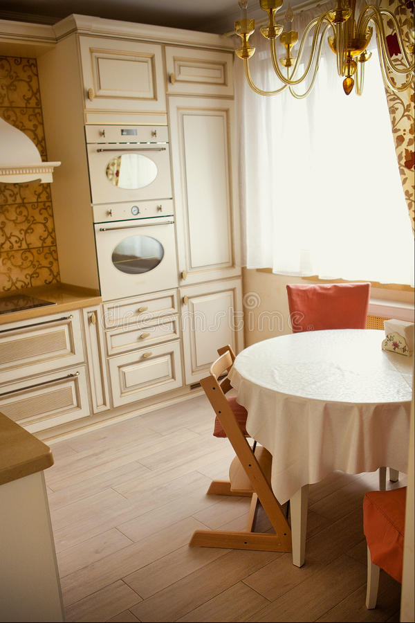 Cucina Piana Dell\'appartamento Nel Colore Dell\'avorio ...