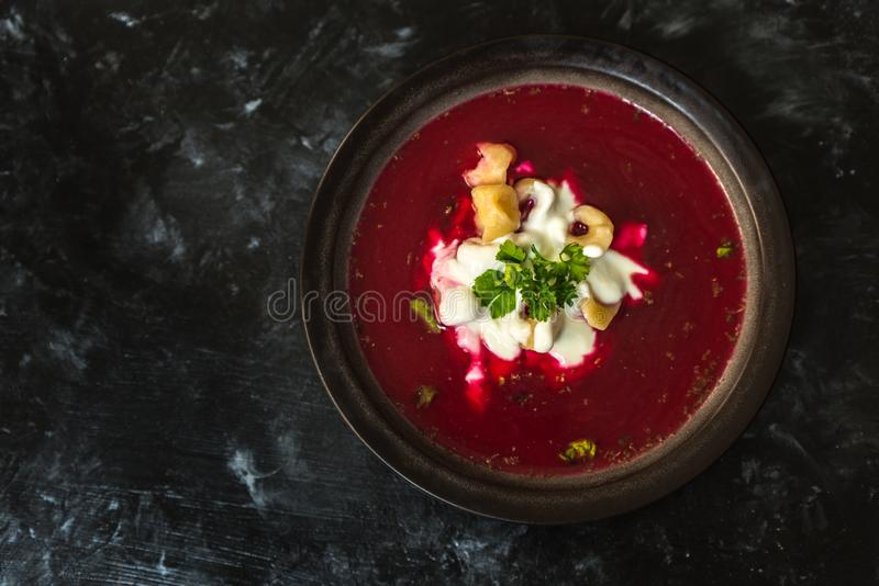 Cucina polacca, zuppa di barbabietola rossa - borscht, con l'aggiunta di panna acida e degli gnocchi immagine stock