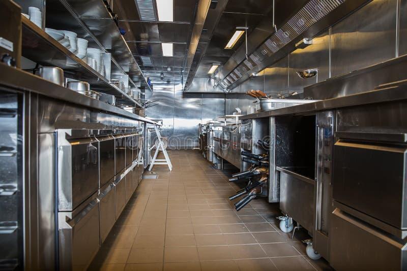 Cucina professionale, contatore di vista in acciaio immagine stock libera da diritti