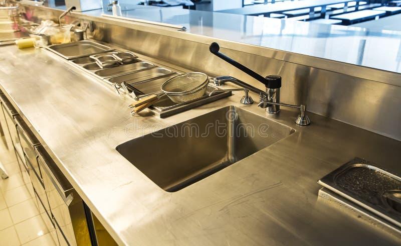 Cucina professionale, contatore di vista in acciaio fotografia stock libera da diritti
