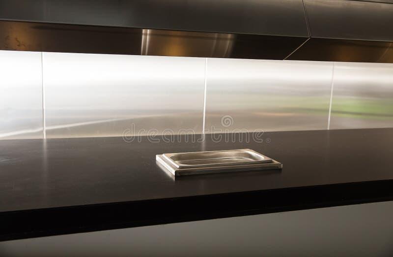 Cucina professionale, contatore di vista in acciaio immagini stock