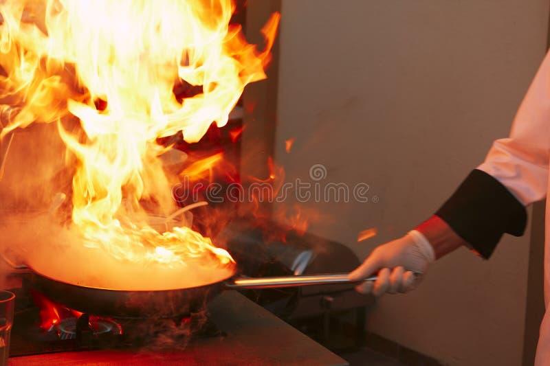 Cucina professionale: produrre salsa fotografia stock