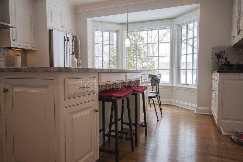 Cucina pulita, luminosa, moderna fotografie stock libere da diritti