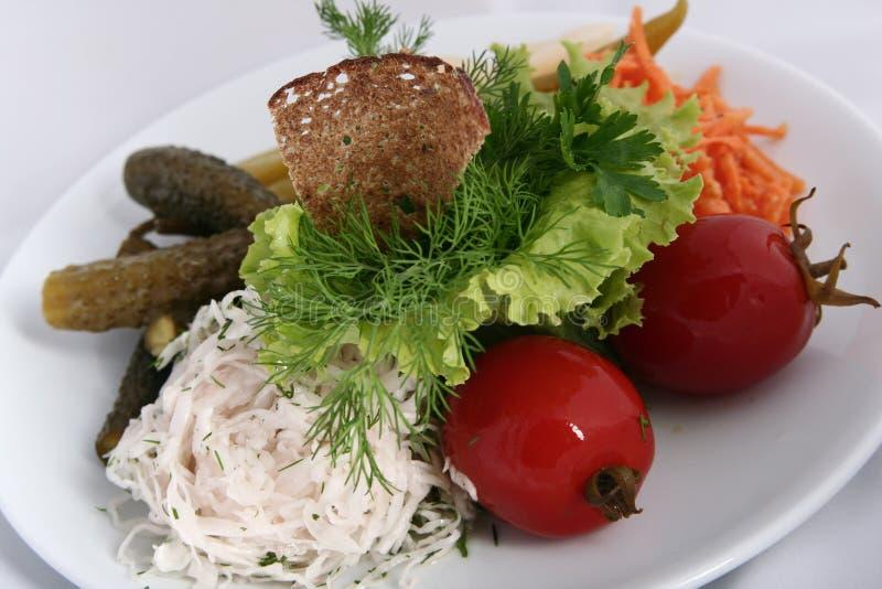 Cucina russa ucraina classica - sottaceti Pomodori marinati, cetrioli, carote fotografia stock