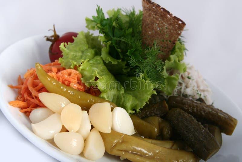 Cucina russa ucraina classica - sottaceti Pomodori marinati, cetrioli, carote immagini stock libere da diritti